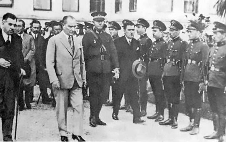 Atatürk_is_leaving_Dolmabahçe_Palace_(30_September_1929)