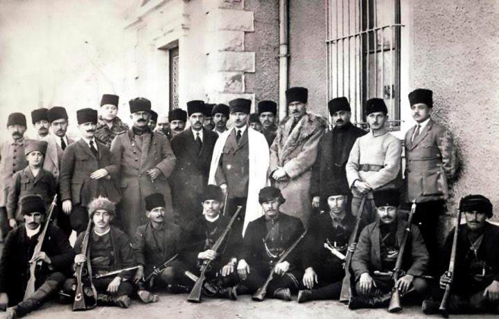Çerkez_Ethem,_Çerkez_savaşçıları_ve_Mustafa_Kemal_Atatürk,_06-1920