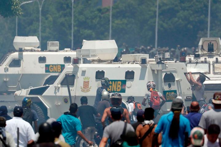 2-tanquetas-gnb-protestas-en-venezuela-manifestaciones-oposicion-venezolana-30-abril-09
