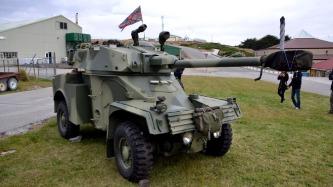 Dos doze blindados AML90 utilizados pelos argentinos, um foi destruído e os restantes capturados praticamente intactos. Um deles foi levado para a Inglaterra e se encontra em exibição no museu de blindados de Bovington. Nas Falklands permaneceram dois, um deles destruído e este da foto restaurado para servir de monumento (Foto: Hélio Higuchi).
