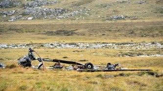 Destroços do Boeing Vertol Chinook da Aviação do Exército Argentino AE-521 destruído no solo por um ataque de caças ingleses em 21 de maio de 1982 (Foto: Hélio Higuchi).