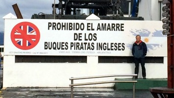 Os argentinos consideram Ushuaia, na Terra do Fogo, como sendo a capital das Ilhas Malvinas. Pelos dizeres do cartaz no porto percebe-se que a hostilidade entre os dois países continua (Foto: arquivo do autor).
