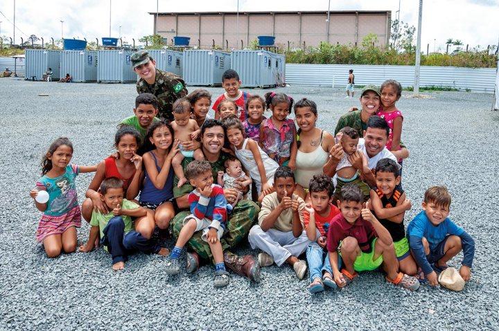 01-Militares-com-crianças